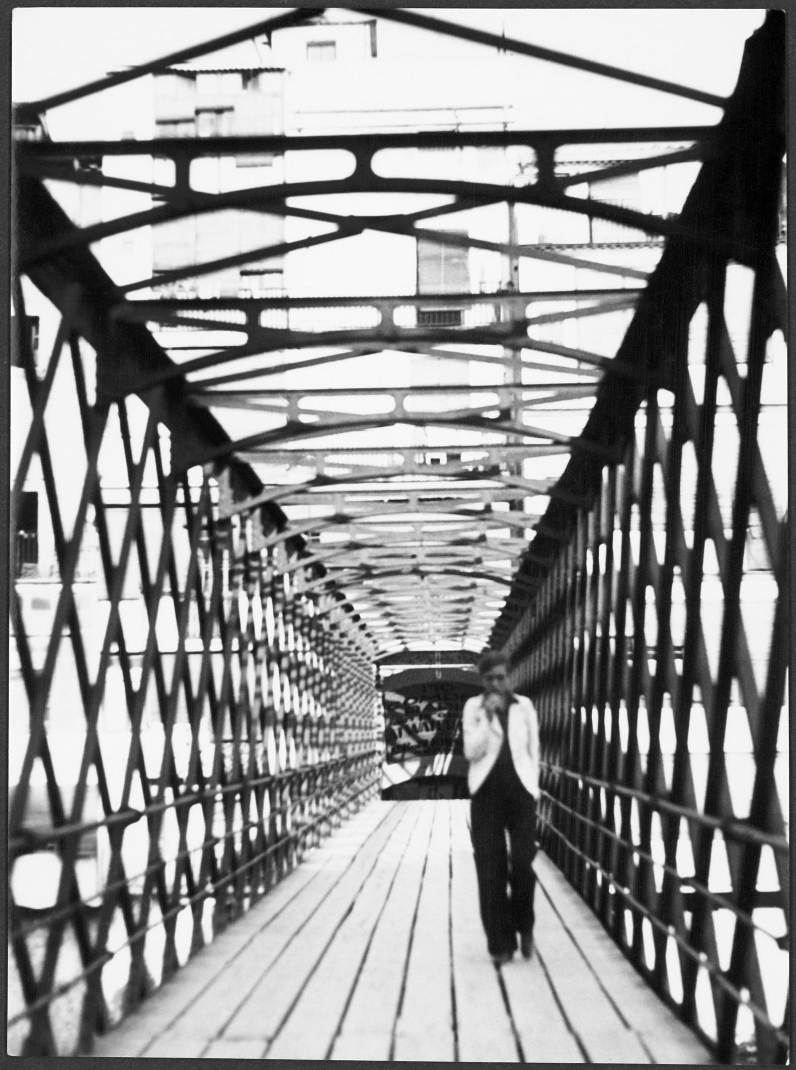 12-_mariane_breslauer_sense_titol_annemarie_schwarzenbach_travessant_el_pont_eiffel_sobre_el_riu_onar_girona_1933-_schweizeriche_nationalbibliotheknb_bern