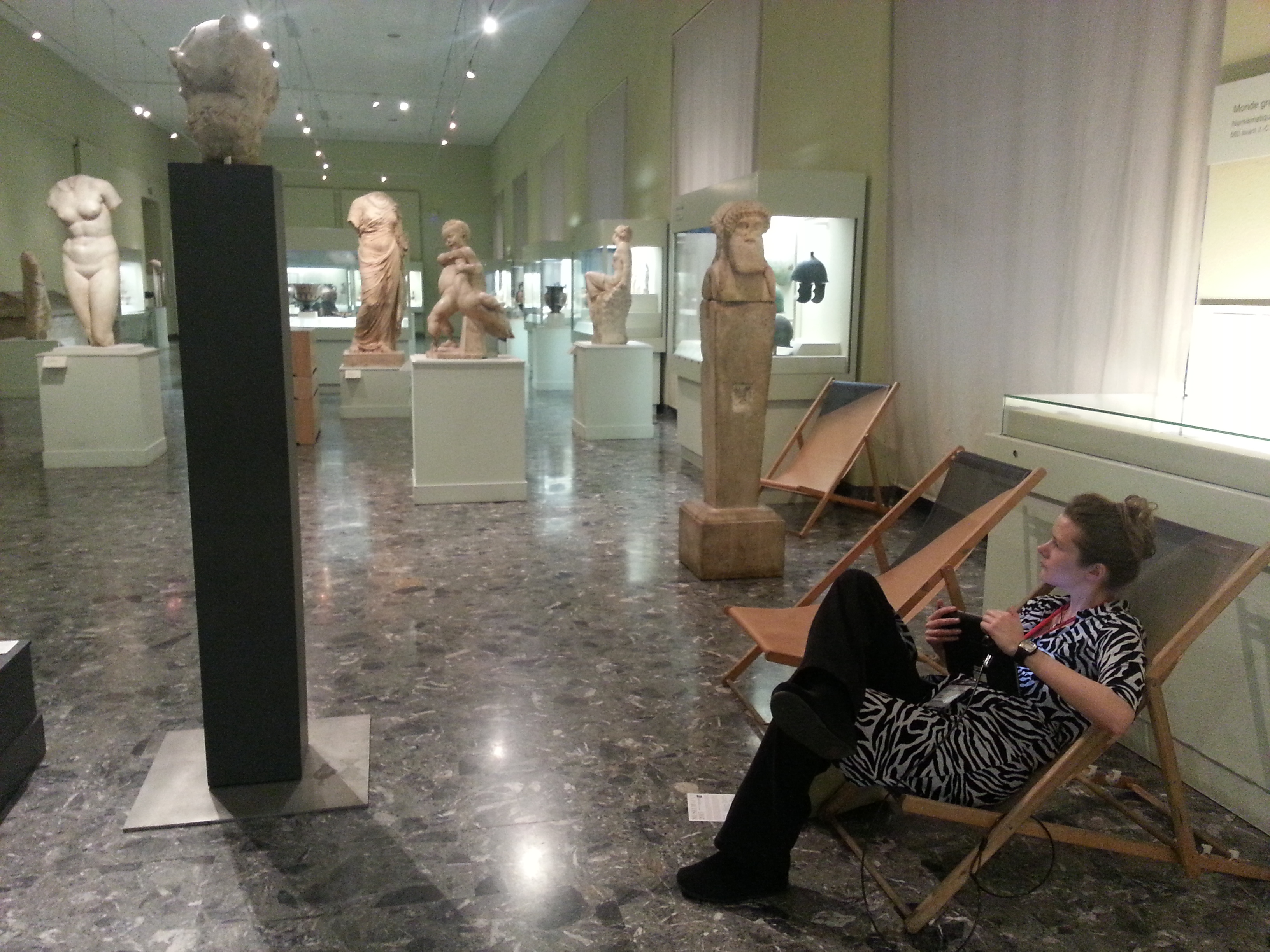 Visitors can browse the Ipad at their disposal while relaxing on beach chairs! Musée d'Art et d'Historie. Photo: Conxa Rodà