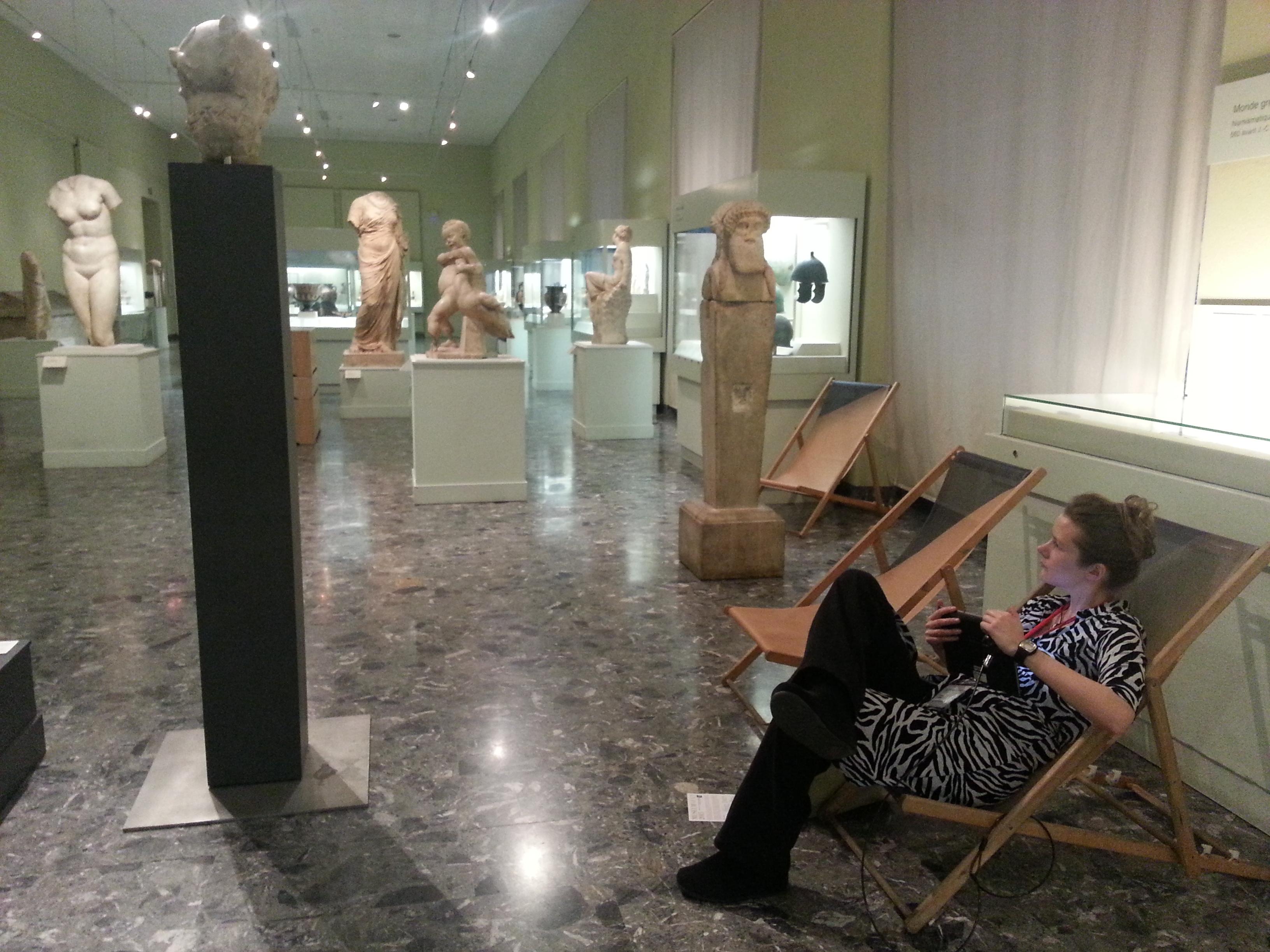 Els visitants poden navegar amb l'Ipad a la seva disposició mentre que es relaxen a hamaques de platja! Musée d'Art et d'Histoire. Foto: Conxa Rodà