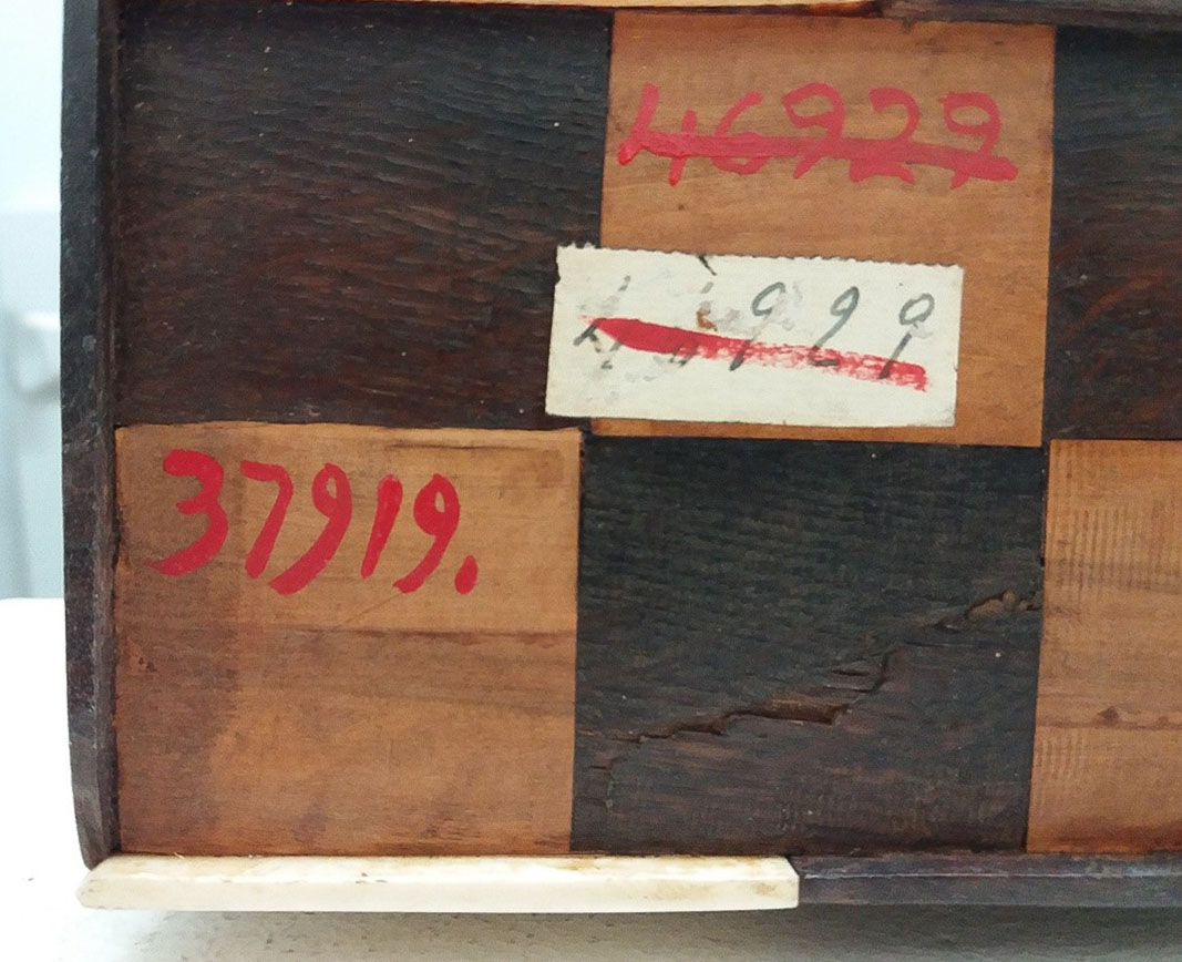 Diferents marcatges de números de registre en la base d'una arqueta
