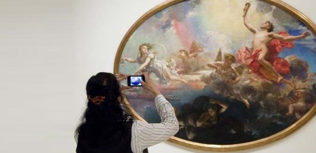 Visitant fotografiant una obra d'Antoni Caba.