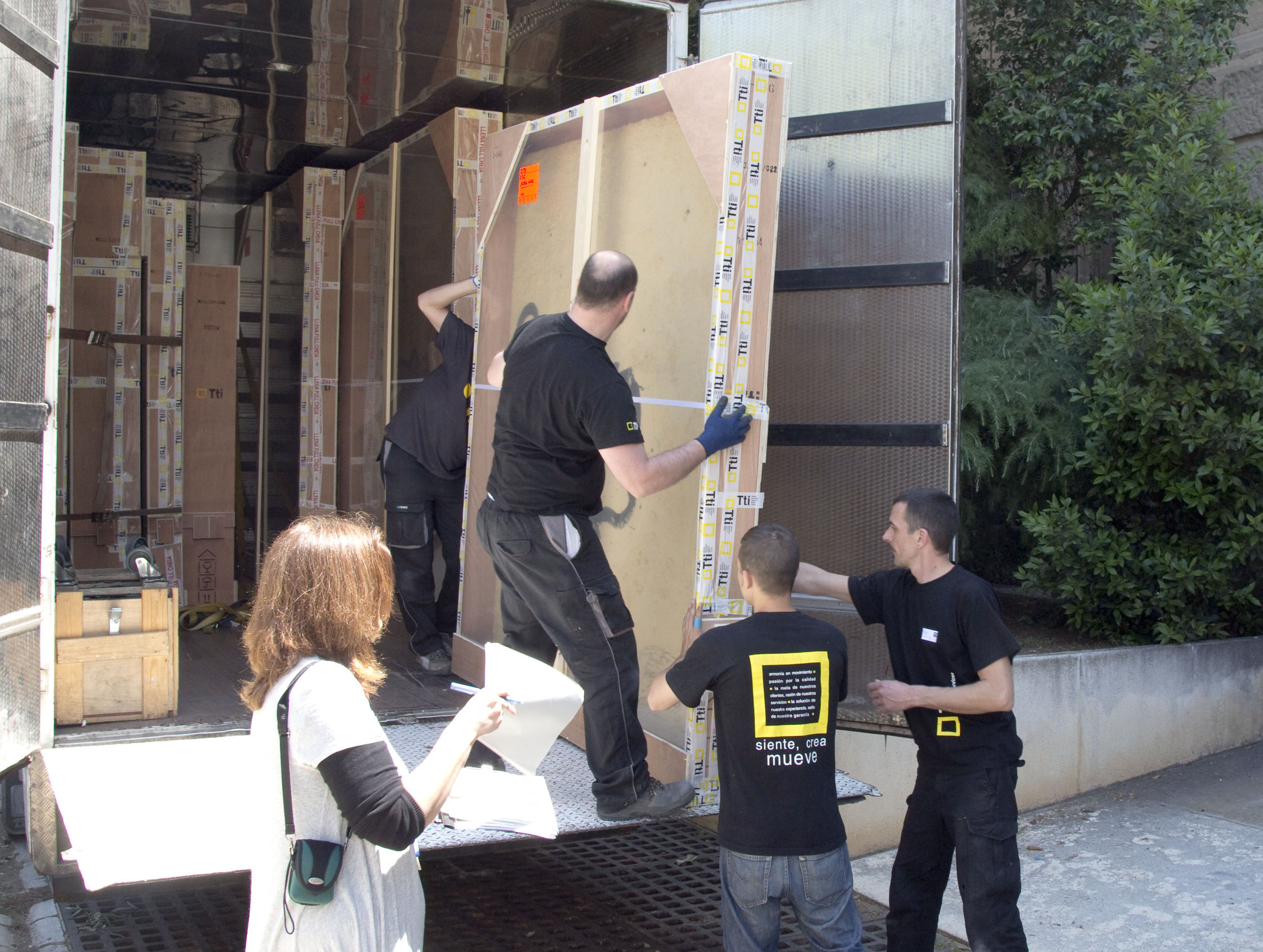Control of packaging when unloading artworks of a truck