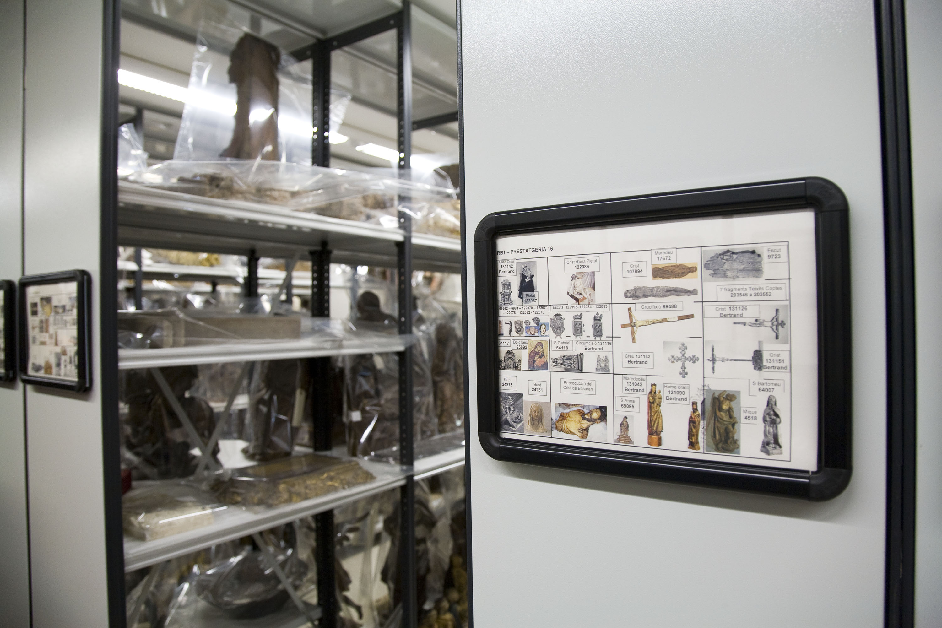 Control of locations of artworks in the Museu Nacional's reserves