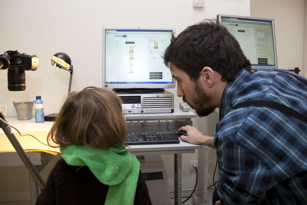 Cámara y ordinador en el taller.