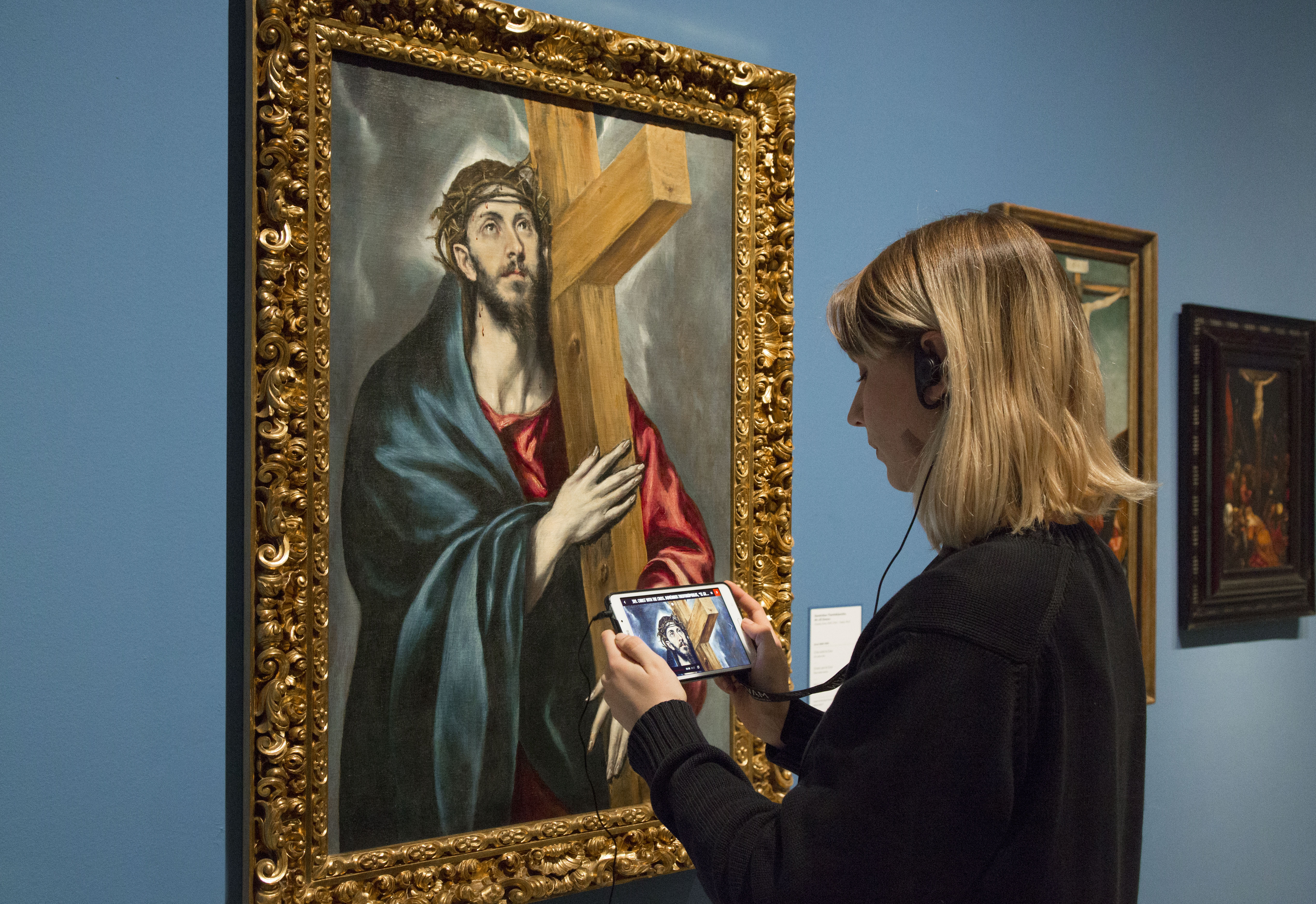 Visitor with multimedia audio guide in the Renaissance and Baroque room