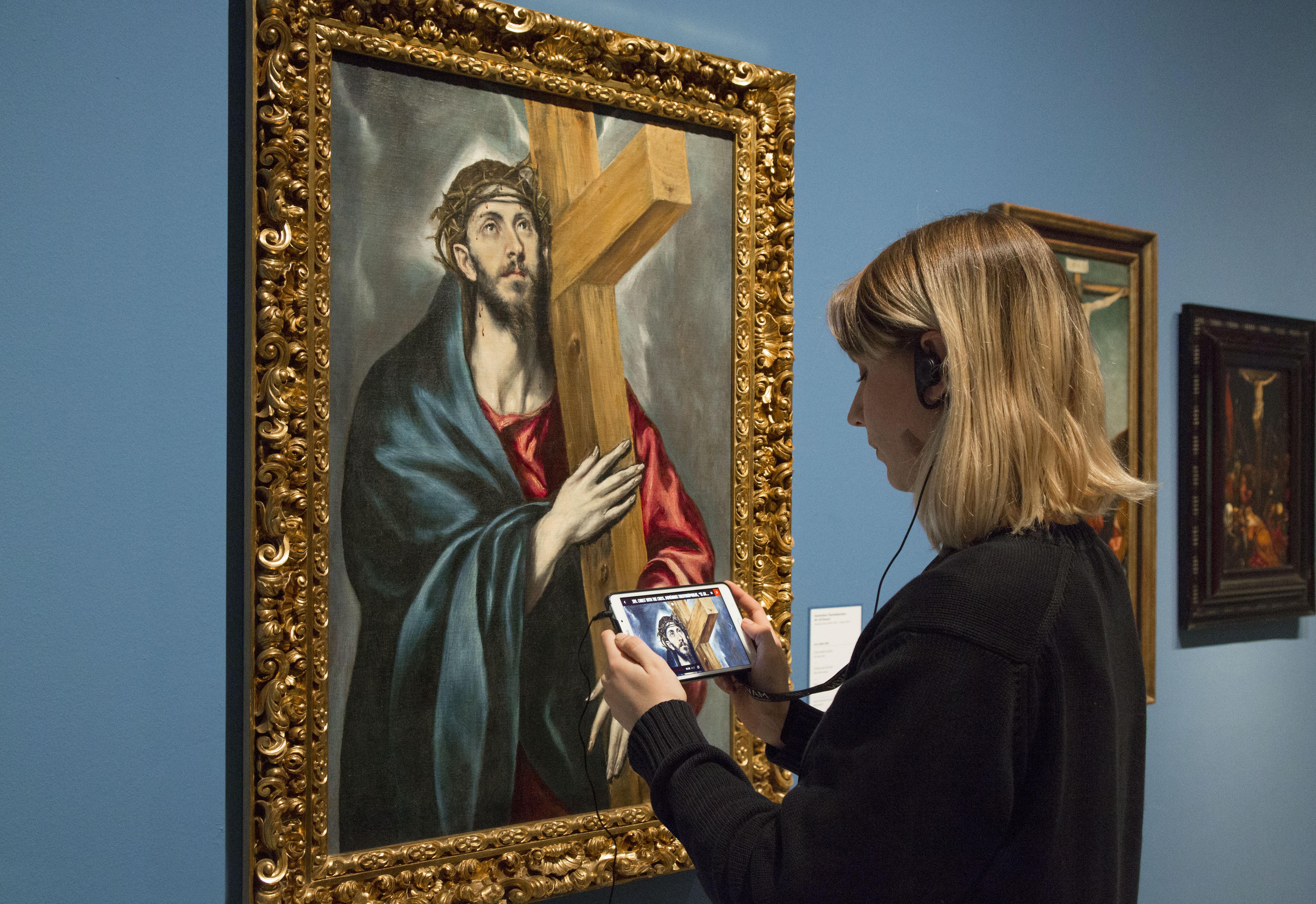 Visitant amb audioguia multimèdia en la sala de Renaixement i barroc