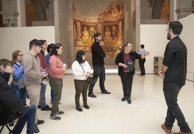 David Cabrera fent una vista guiada al Museu Nacional d'Art de Catalunya
