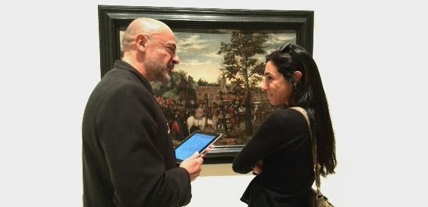 Enquestant una visitant, Museu Nacional d'Art de Catalunya