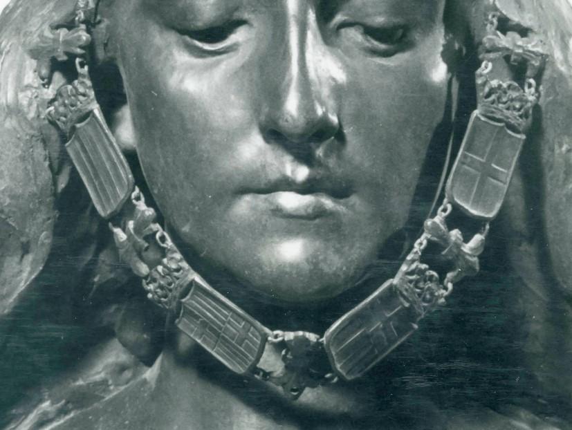 Detall de les galteres originals on es pot veure amb detall el tema de cada un dels escuts i l'articulació de les peces amb anelles