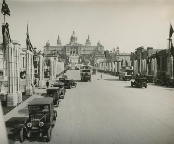Avinguda Maria Cristina amb el Palau Nacional de fons-