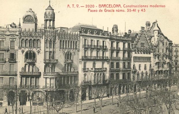 Imatge de l'illa de la discòrdia amb la Casa Amatller de Puig i Cadafalch, la Casa Batlló de Gaudí i la Casa Lleó Morera de Domènech i Montaner.