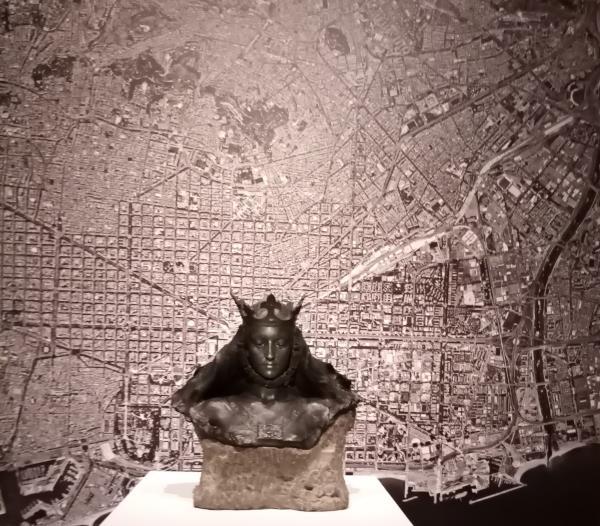 Busto de matrona representando Barcelona de Eusebi Arnau al inicio de la exposición de la sede de Himeji
