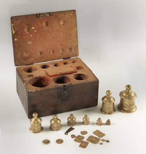 Caja con un juego de patrones de ponderales de metales. Taller de los cerrajeros Farriols, Barcelona, 1800. Donación de Nuria y Eulàlia Tarradell y Font