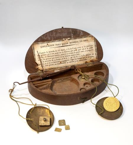 Capsa de balances monetàries del taller Farriols, Barcelona, 1779. Donació de Núria i Eulàlia Tarradell i Font.