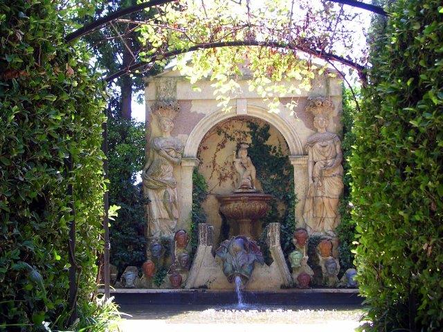 Piscina del Castell de Púbol. El jardí va ser ideat per Dalí