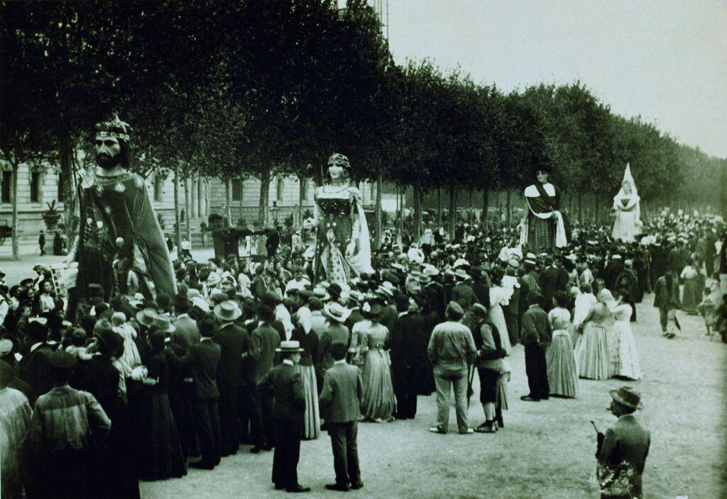 Els gegants al Passeig de Sant Joan. Festes de La Mercè, 1902. Foto de LLuís Girau Iglesias