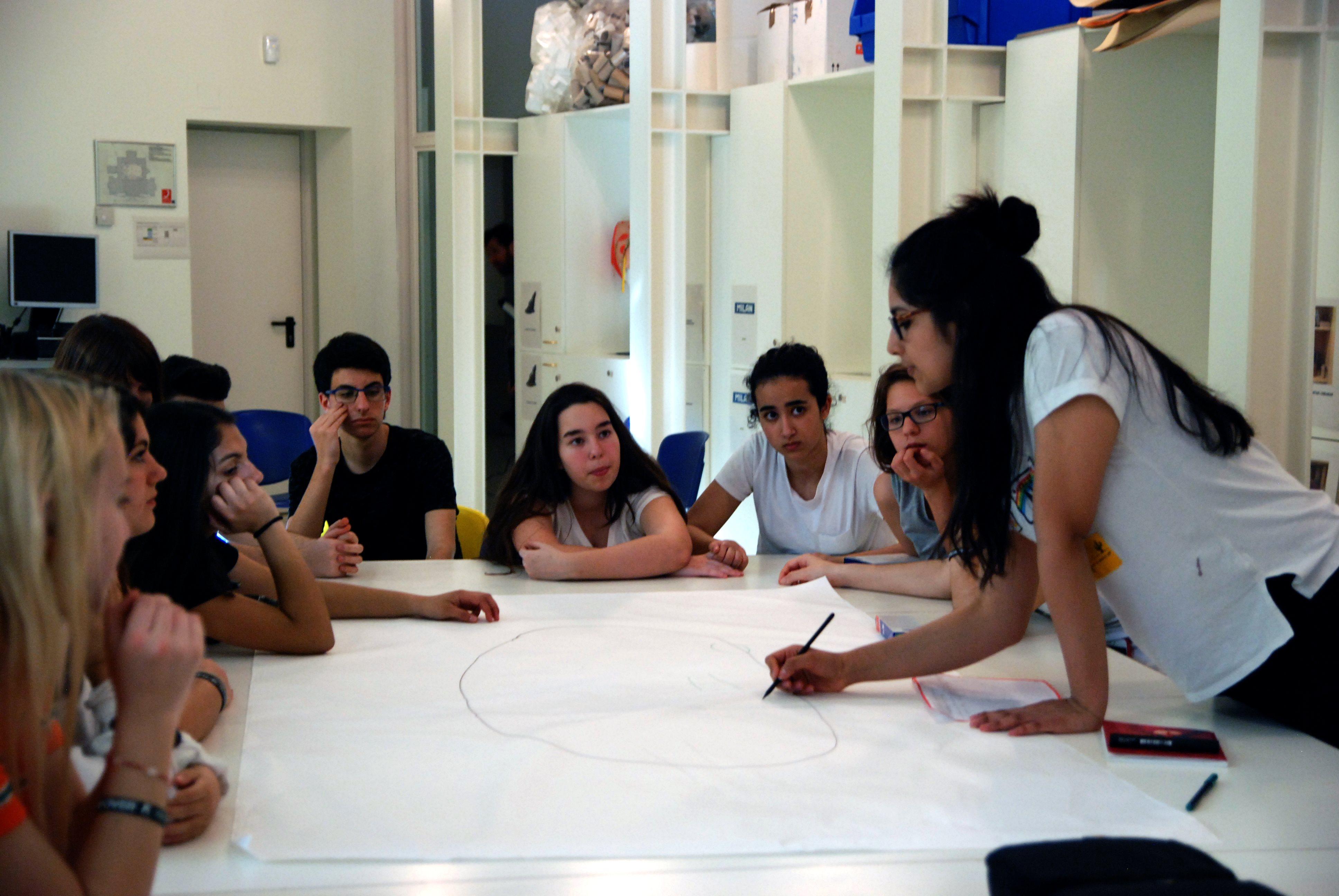 Els nois i noies de l'Institut Juan Manuel Zafra treballant en el seu projecte