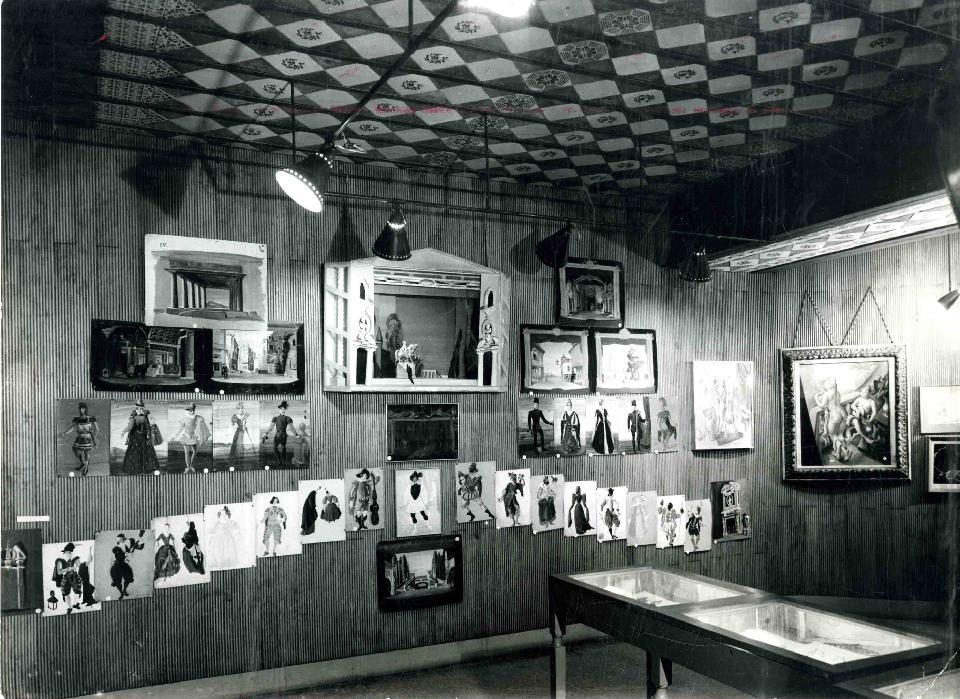 Imatge de l'interior del Palau Güell, aleshores seu del Museu de les Arts Escèniques, durant l'Exposició homenatge a Marià Andreu el febrer de l'any 1963. Al fons a la dreta es pot veure penjada l'obra Noies al balcó. ©MAE. Institut del Teatre