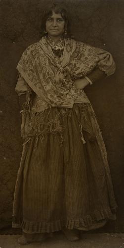 Francesc Serra Dimas, Gitana en el estudio de Isidre Nonell, hacia 1904. Arxiu fotogràfic de Barcelona. Francesc Serra
