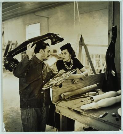 """Salvador Dalí y Gala trabajando en el proyecto """"Sueño de venus"""", 1939. Eric Schaal © Fundació Gala-Salvador Dalí, Figueres, 2018. Derechos de imagen de Gala y Salvador Dalí reservados. Fundació Gala-Salvador Dalí, Figueres, 2018"""
