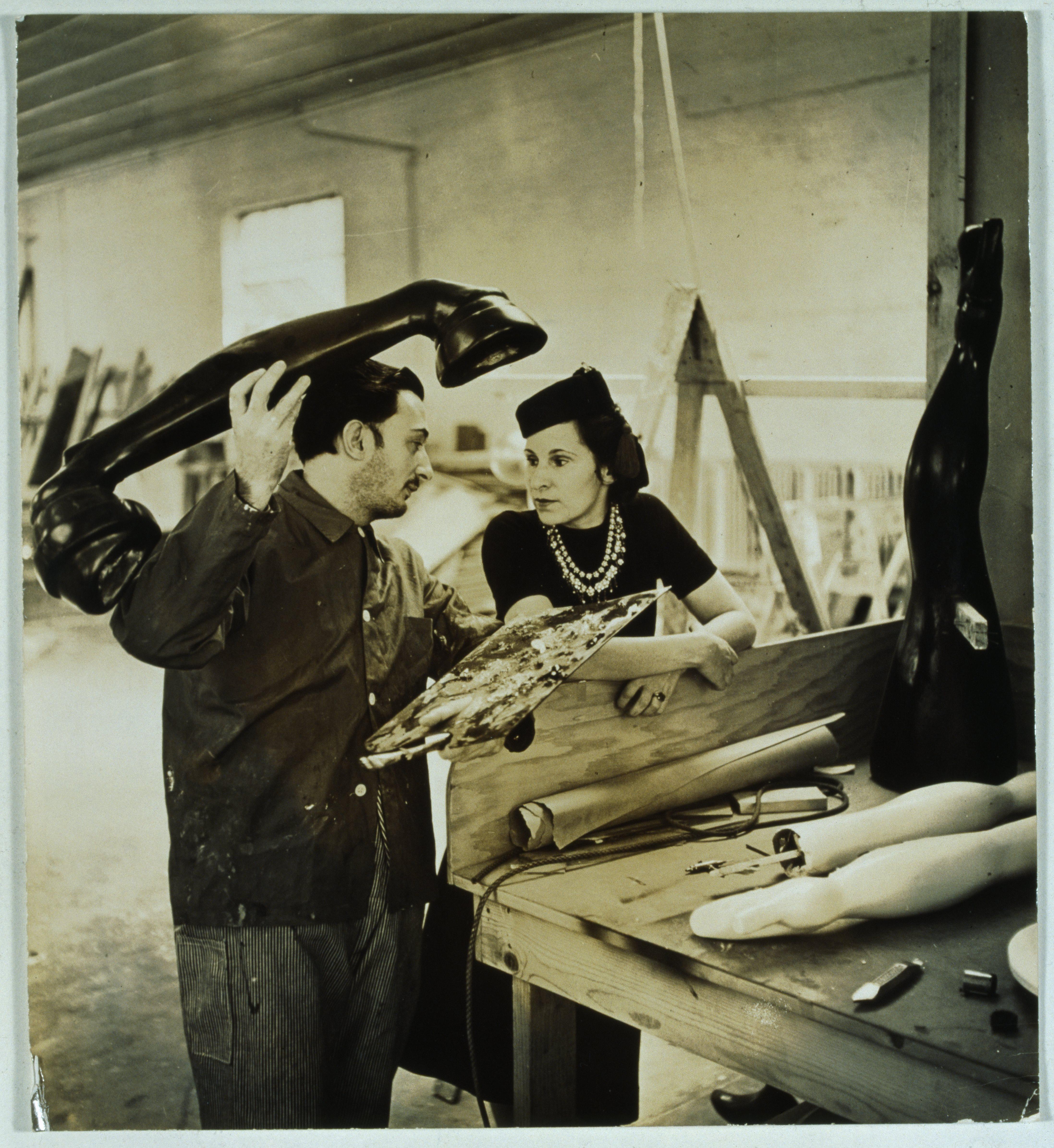 """Salvador Dalí y Gala trabajando en el proyecto """"Sueño de venus"""", 1939."""