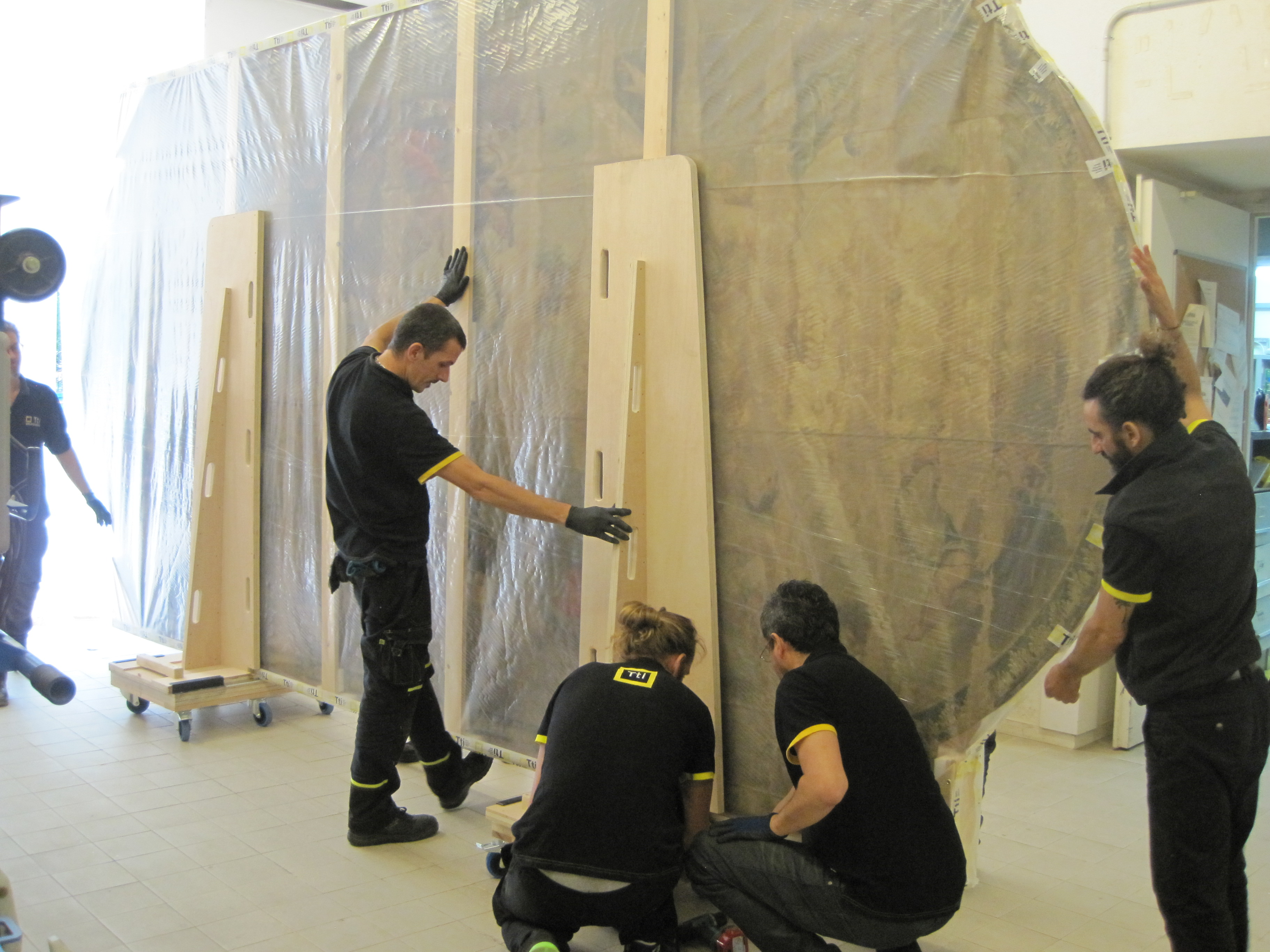Handling of large-format artworks