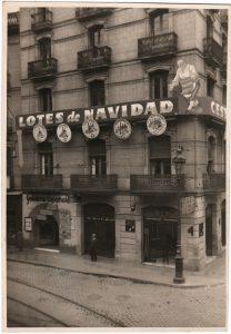 Front of the building in Avinguda del Portal de l'Àngel (Barcelona) that housed El Mesón de las Golosinas Españolas. On the second floor there is a reproduction of El mesonero, created by Junceda. Agell family archive