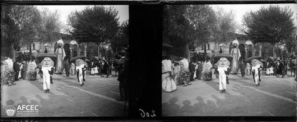 """Imatge estereoscòpica de la primera desfilada de """"Gegants, nanos i monstres típichs"""". Festes de La Mercè 1902 (dreta). Arxiu Fotogràfic del Centre Excursionista de Catalunya (AFCEC)."""