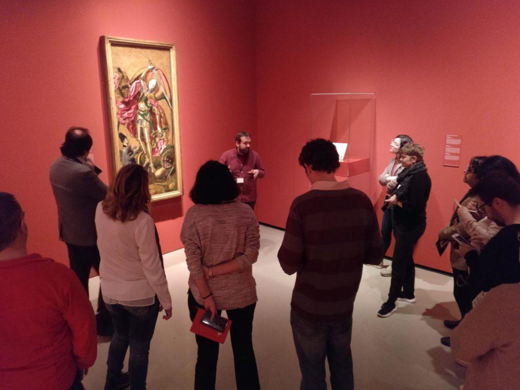 El conservador de gòtic, Cèsar Favà, comentat una obra de l'exposició Bermejo