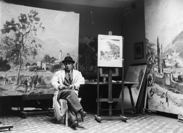 Joan Colom (1879-1969) pintà uns plafons, on es representen temes bucòlics, al restaurant del Palau Nacional