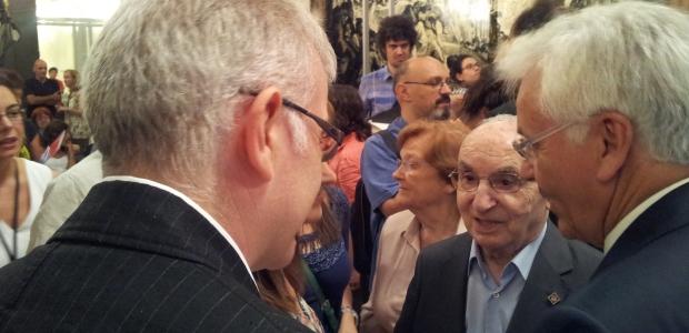 Joan Colom (al mig) al museu en la presentació a premsa de la donació