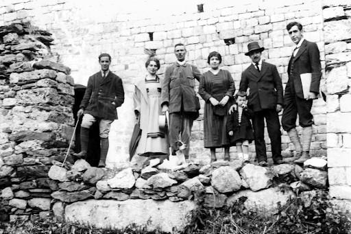 Joan Vidal Ventosa, amb la seva dona i el seu fill a la porta de Sant Climent de Taüll. D'esquerra a dreta: Joaquim Folch i Torres, la senyora Steffanoni, Franco Steffanoni, la família Vidal Ventosa, i J.F. Ràfols. Juny de 1920. Arxiu fotogràfic de la Fundació Folch i Torres