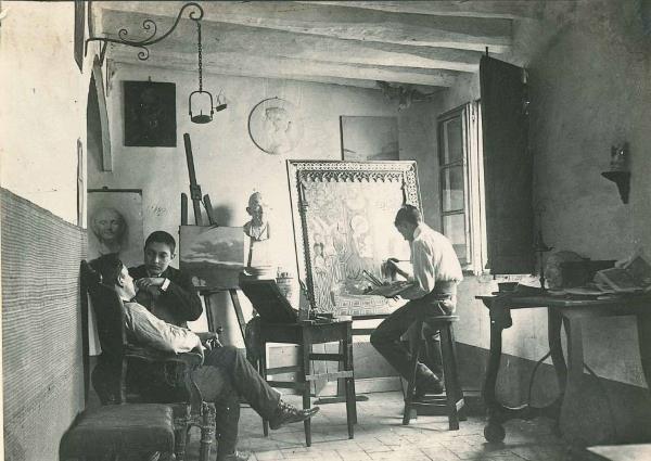 """Joan Vidal i Ventosa treballant al seu taller, nomenat """"Guayaba"""", l'any 1902 amb Joaquim Borralleres i Enric Jardí"""