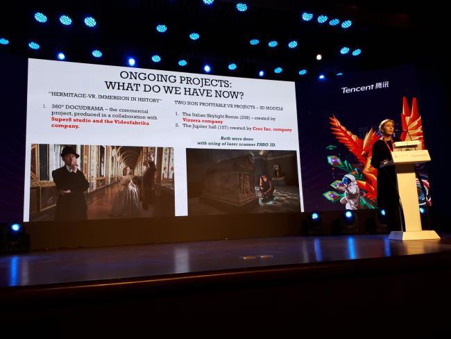 Kseniya Pushnitskaya presentant projectes de realitat virtual de l'Hermitage