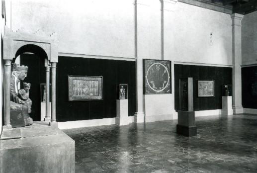 Museu d'Art de Catalunya. La Marededéu exposada a la sala, en la instal·lació de 1934