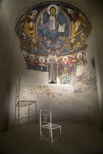 Jaume Xifra. Chaise de salón de arte, 1974 y Anónimo, Frontal de Durro, mediados del siglo XII