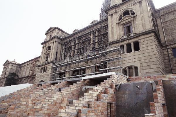 Cleaning the main façade of the Palau Nacional, February 1992