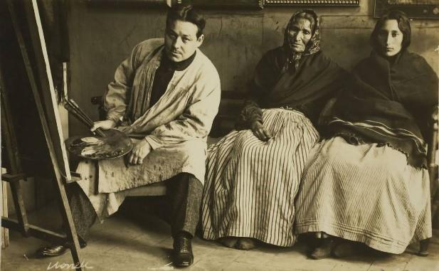 Nonell trabajando en su estudio con dos gitanas. Foto: Francesc Serra. Museu Nacional d'Art de Catalunya.