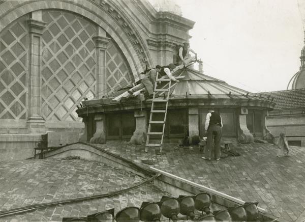 Obrers treballant a la construcció de la teulada del Palau Naciona