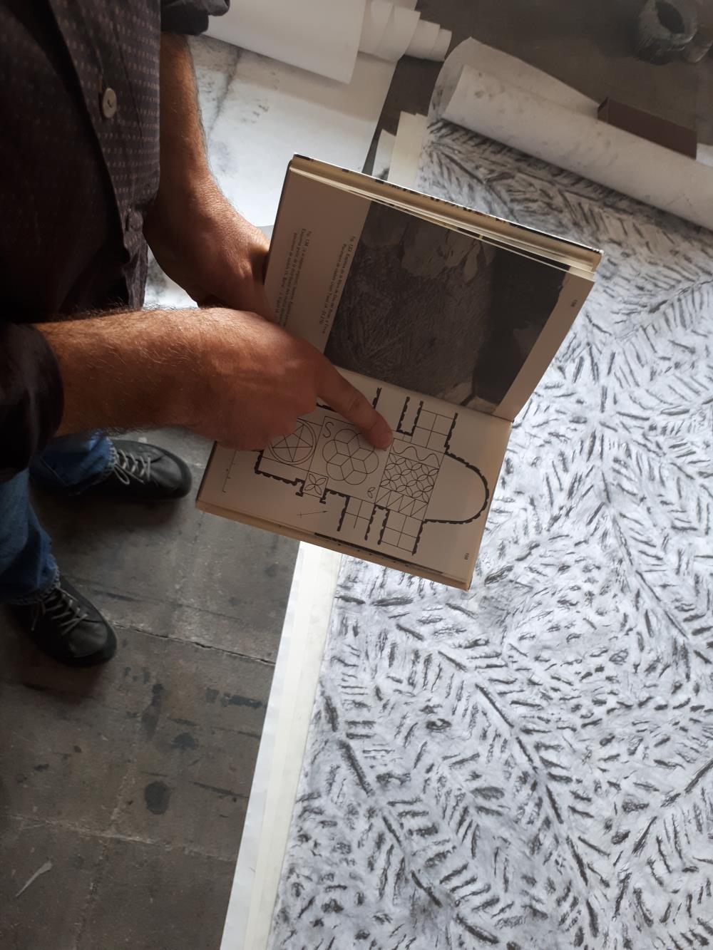 Imatges de l'artista treballant al seu estudi
