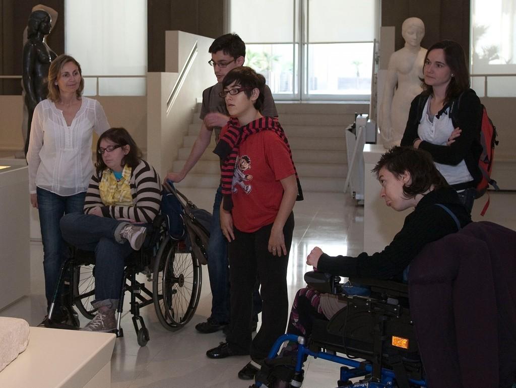 Los programas comunitarios del museo están dirigidos a ampliar el acceso de las personas a la cultura
