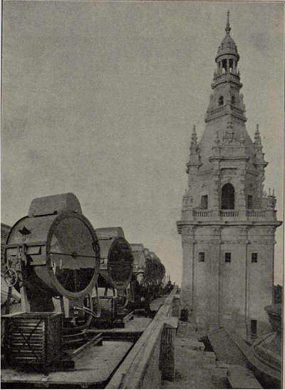 Sperry searchlights installed on the top of the Palau with an operator, in 1929 (photograph published in the magazine Técnica, issue number 128, August 1929)