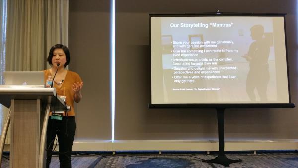 Stephanie Pau presentando los principios de storytelling de la app del SFMOMA: la pasión, la experiencia, la sorpresa y más
