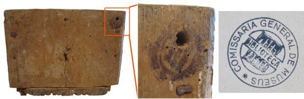 Segell o tampó circular sobre la fusta de la base del Tabernacle.