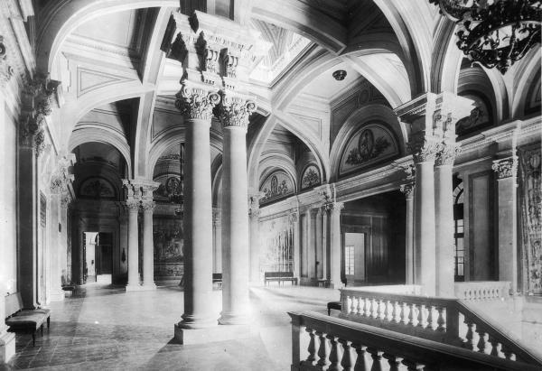 Vestíbul del primer pis de l'escala posterior amb els frescos de F. Canyellas
