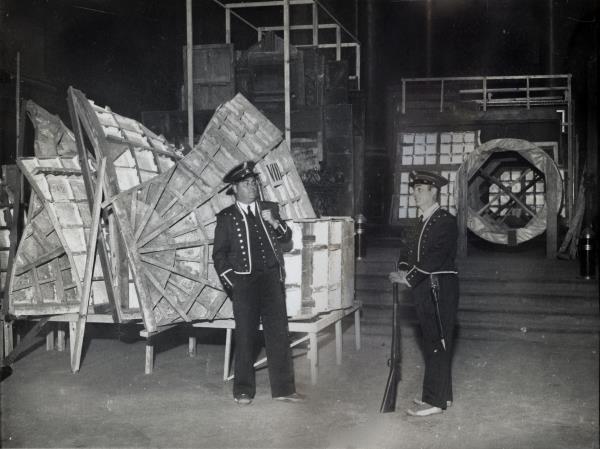 Vidal Ventosa. Un parell de mossos d'esquadra custodiant obres d'art a l'església de Sant Esteve d'Olot durant la Guerra Civil Espanyola. Novembre de 1936. Crònica Gràfica del Museu Nacional
