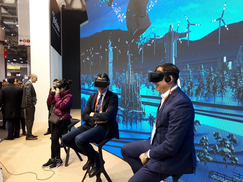 Visitantes probando la Realitat Virtual en el Mobile World Congress 2018