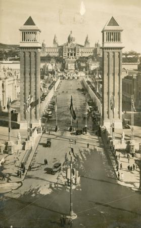 Vista del Palau Nacional des de la plaça de Espanya.