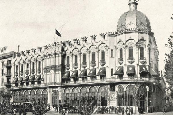 """Vista general del """"Gran Hotel Colón"""". Imatge extreta de: Souvenir Gran Hôtel Colón. Fons: Biblioteca Joaquim Folch i Torres"""