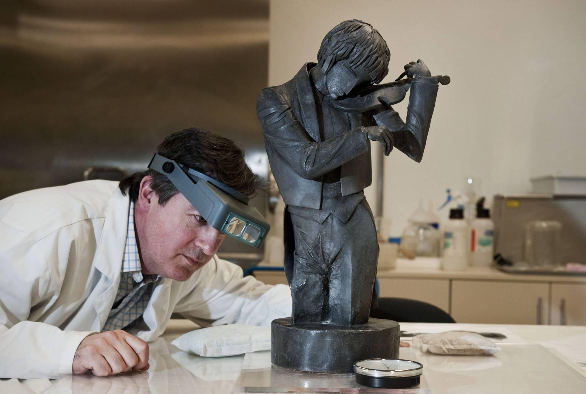Àlex Masalles examinando la escultura